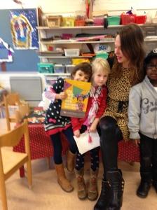 Reza met boek op de kop, Sophie, Gerlad en ik